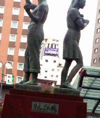 弘前駅りんごの風像.jpg